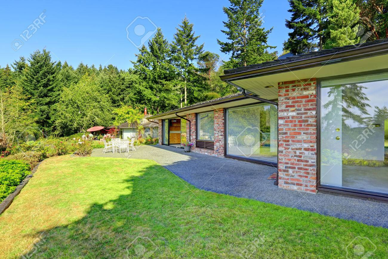 Schöne Backsteinhaus Mit Ausstand Keller Und Landschaft. Hinterhof ...