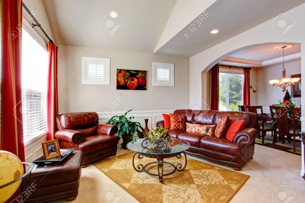 Luminoso soggiorno con divani in pelle e piano in vetro tavolino da caffè  in casa di lusso
