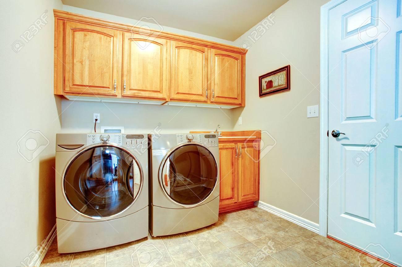 cuarto de lavado con modernos y gabinetes de tonos de luz foto de archivo