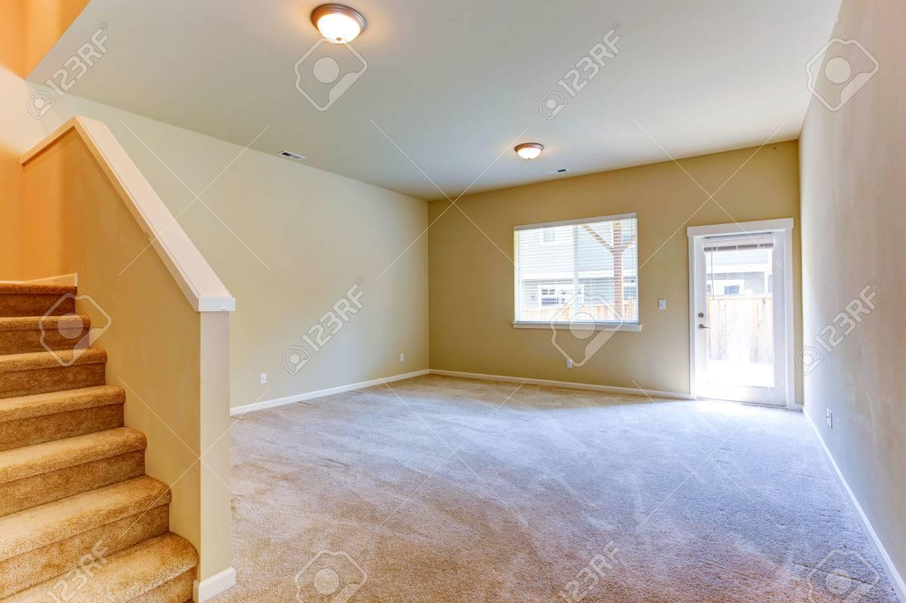 Habitación Con Terraza Y Escalera De Paro Vivir Interior De La Casa Vacía