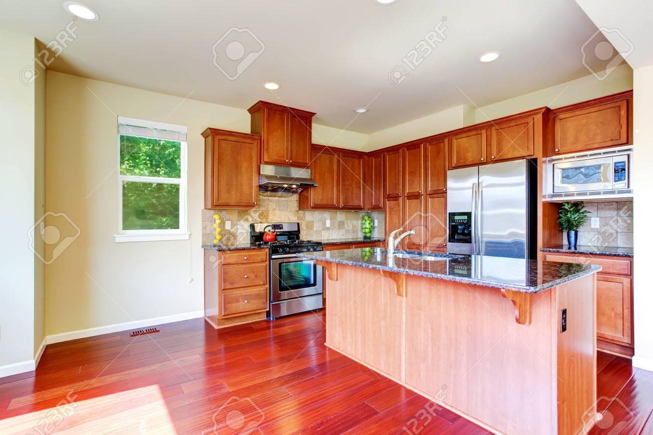 Moderne Küchenschränke Mit Ss Geräten Und Kochinsel Mit Buil In Waschbecken  Und Granit Standard