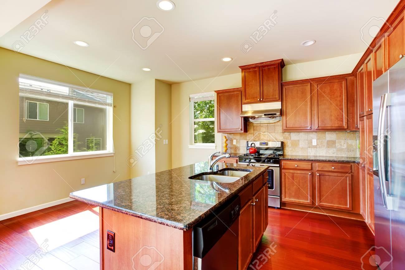 Moderne Küchenschränke Mit Ss-Geräten Und Kücheninsel Mit ...