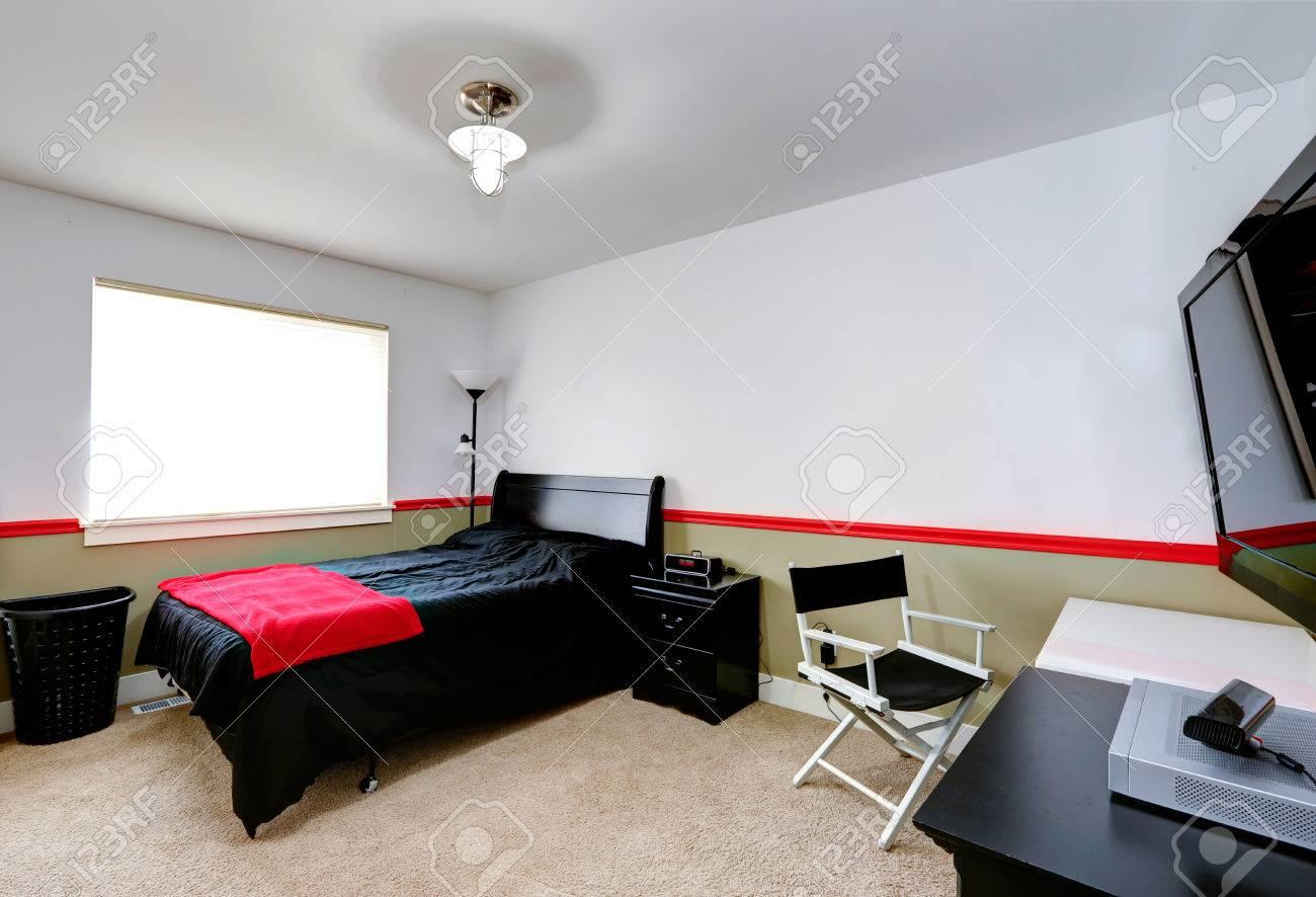 Chambre de garçon intérieur blanc et olive assiette murale. Meublé avec lit  noir et bureau desck