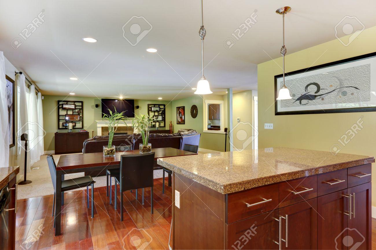 Kücheninsel Mit Granitplatte Und Klassische Esstisch Mit Stühlen ...