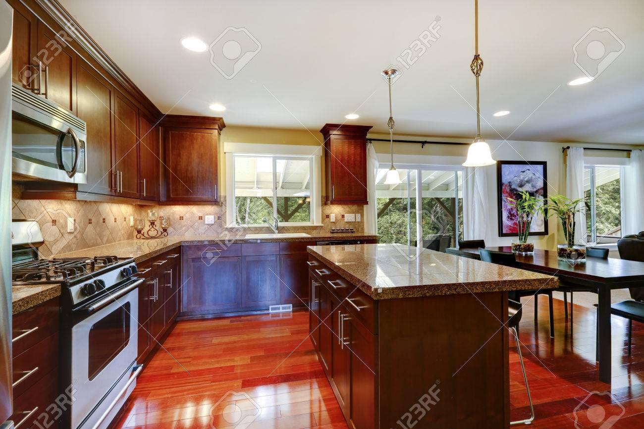 Helle Glänzende Küchenraum Mit Granitplatten, Fliesen Aufkantung ...