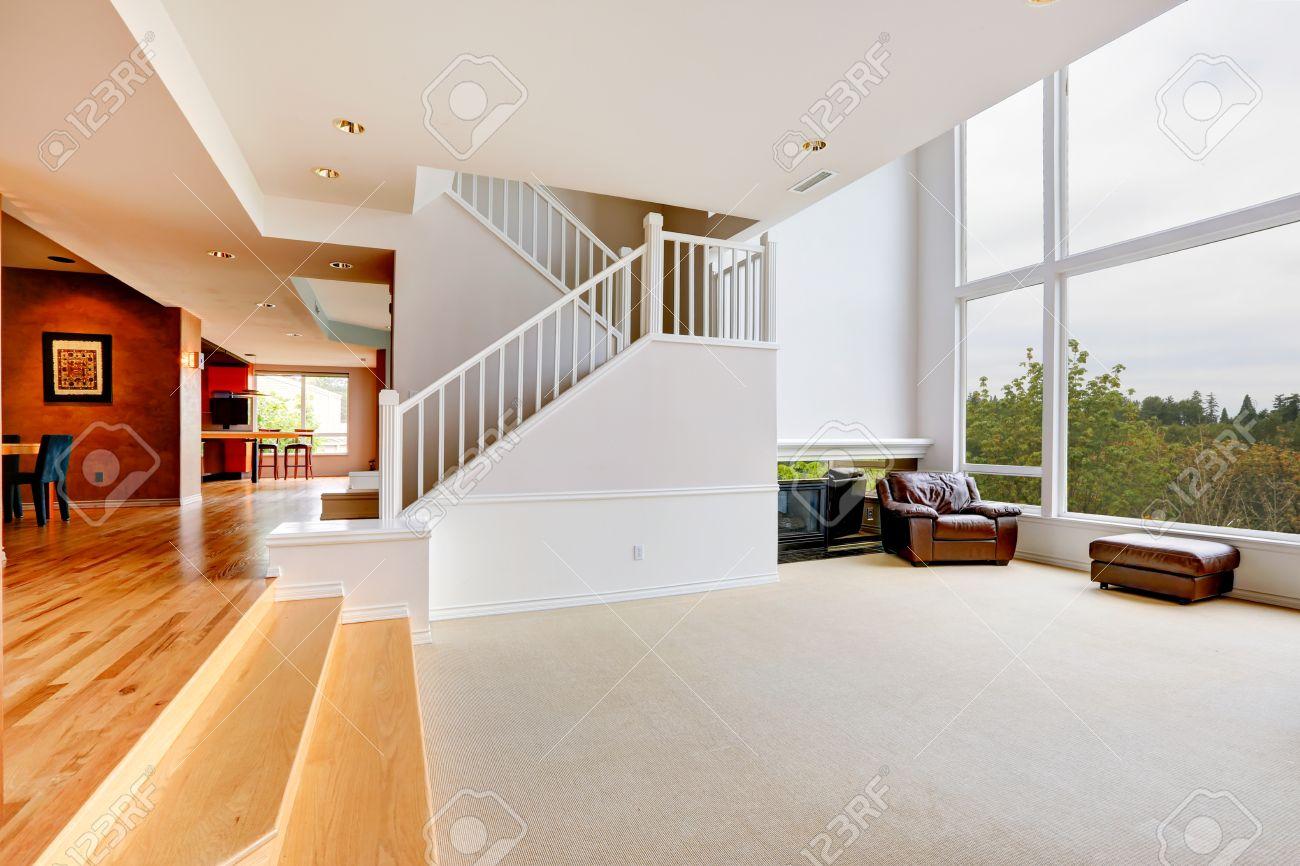 Helle Leere Haus Interieur Mit Treppe Und Große Fenster Lizenzfreie ...