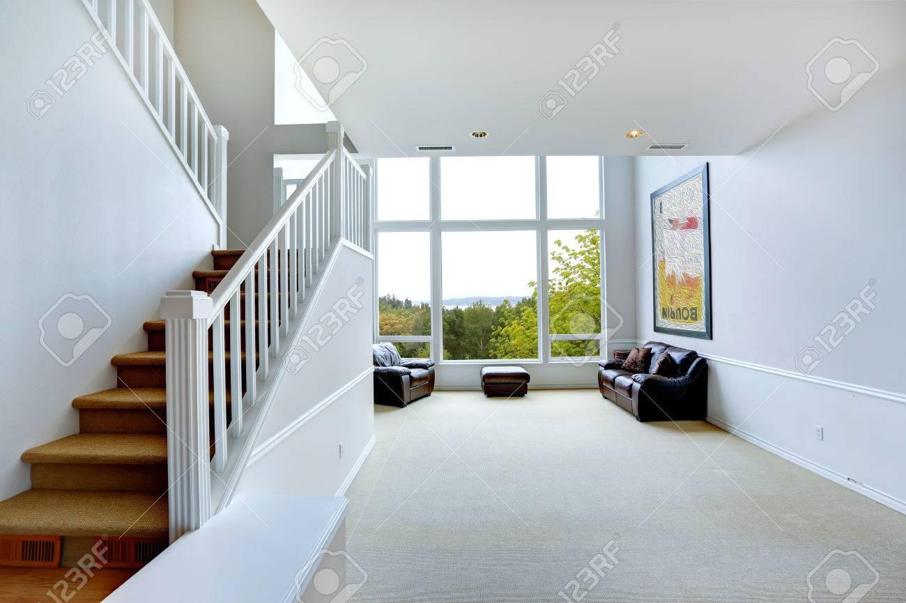 Turbo Helle Leere Haus Innenraum Mit Treppenhaus Und Großem Fenster CD25