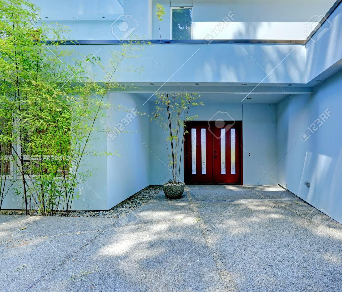 Maison Moderne Bleu Clair Avec Porte D\'entrée De Bordeaux Banque D ...