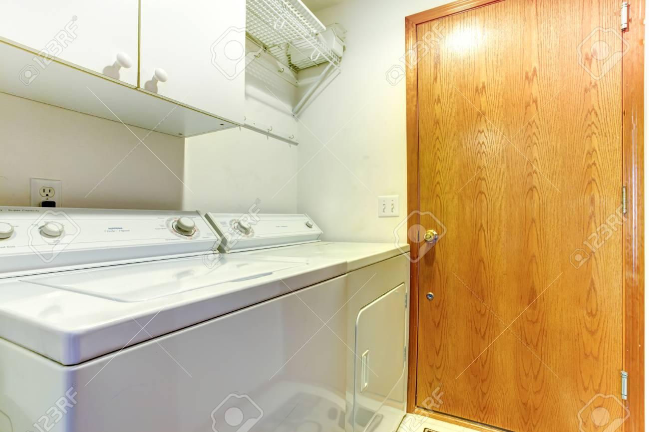 Einfache kleine waschküche mit schrank waschmaschine und trockner