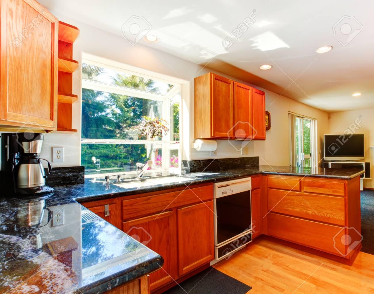 Küche Zimmer Mit Schränke Aus Holz Und Schwarzem Granit Tops. Blick ...