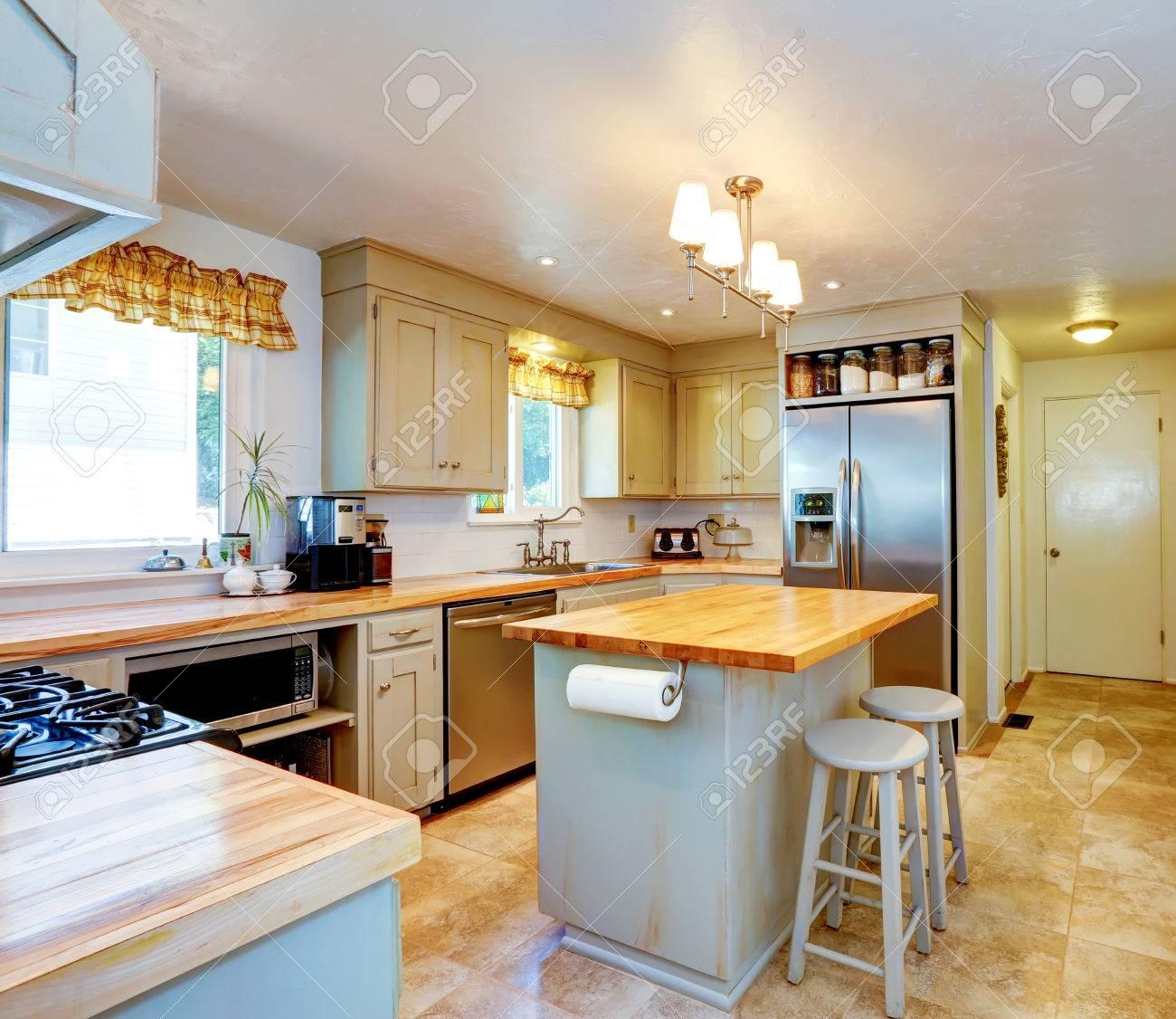 Küche Zimmer Mit Kochinsel, Ss-Geräten Und Beige Fliesen Lizenzfreie ...