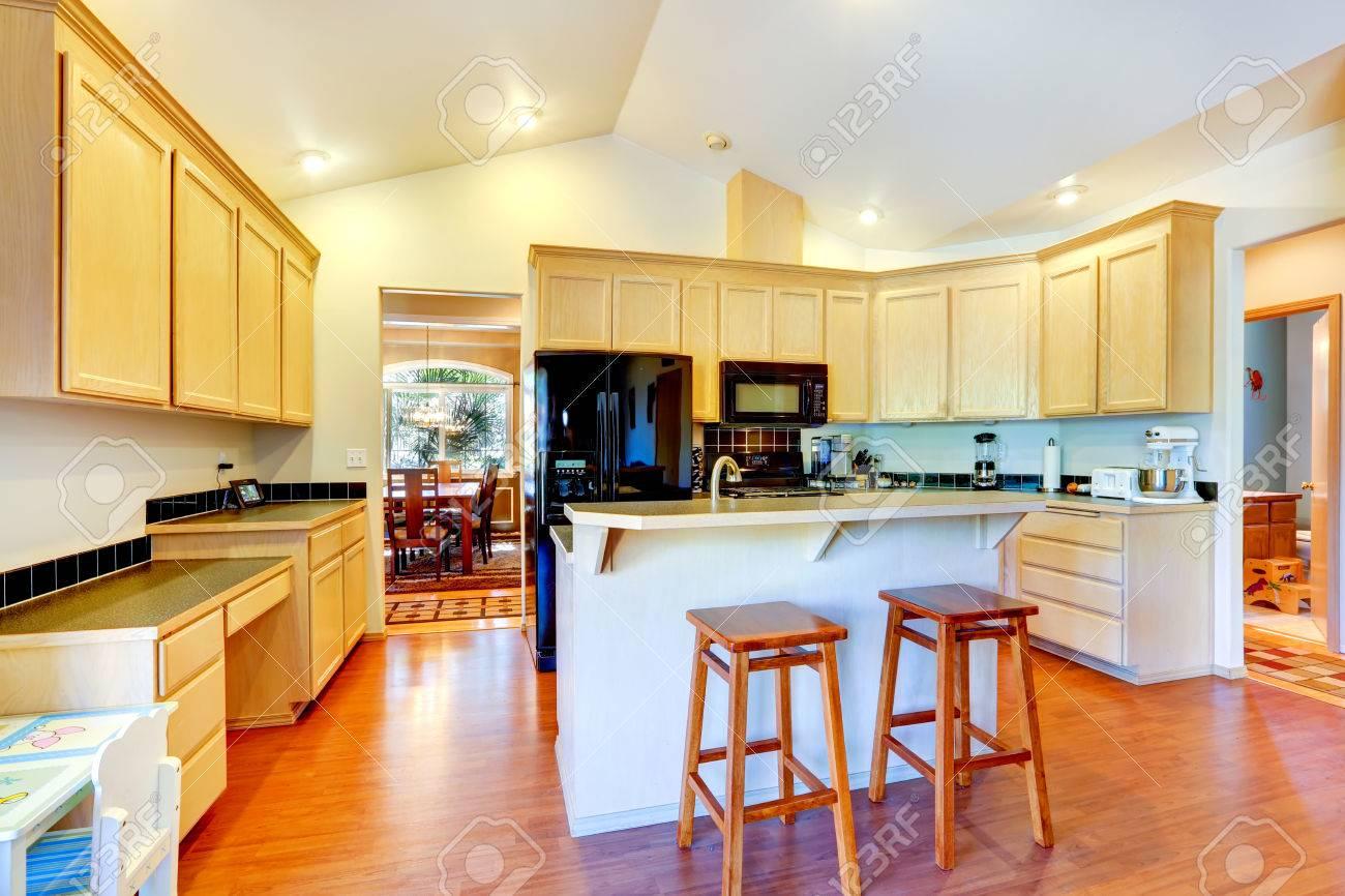 Helle Farbtöne Küche Raum Mit Gewölbter Decke. Blick Auf Kücheninsel ...