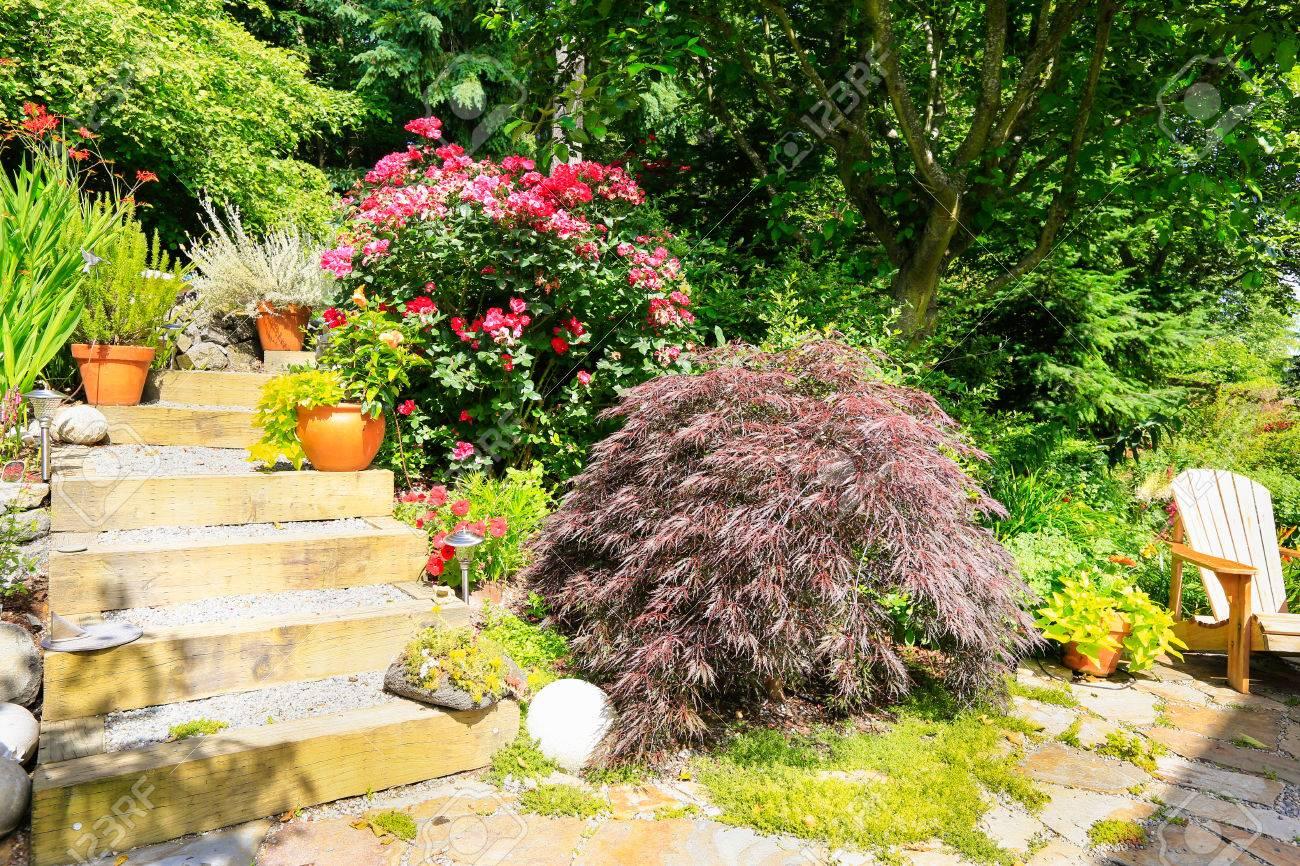 Idees D Amenagement Pour La Maison Jardin Escaliers Avec La Floraison Des Fleurs A Cote