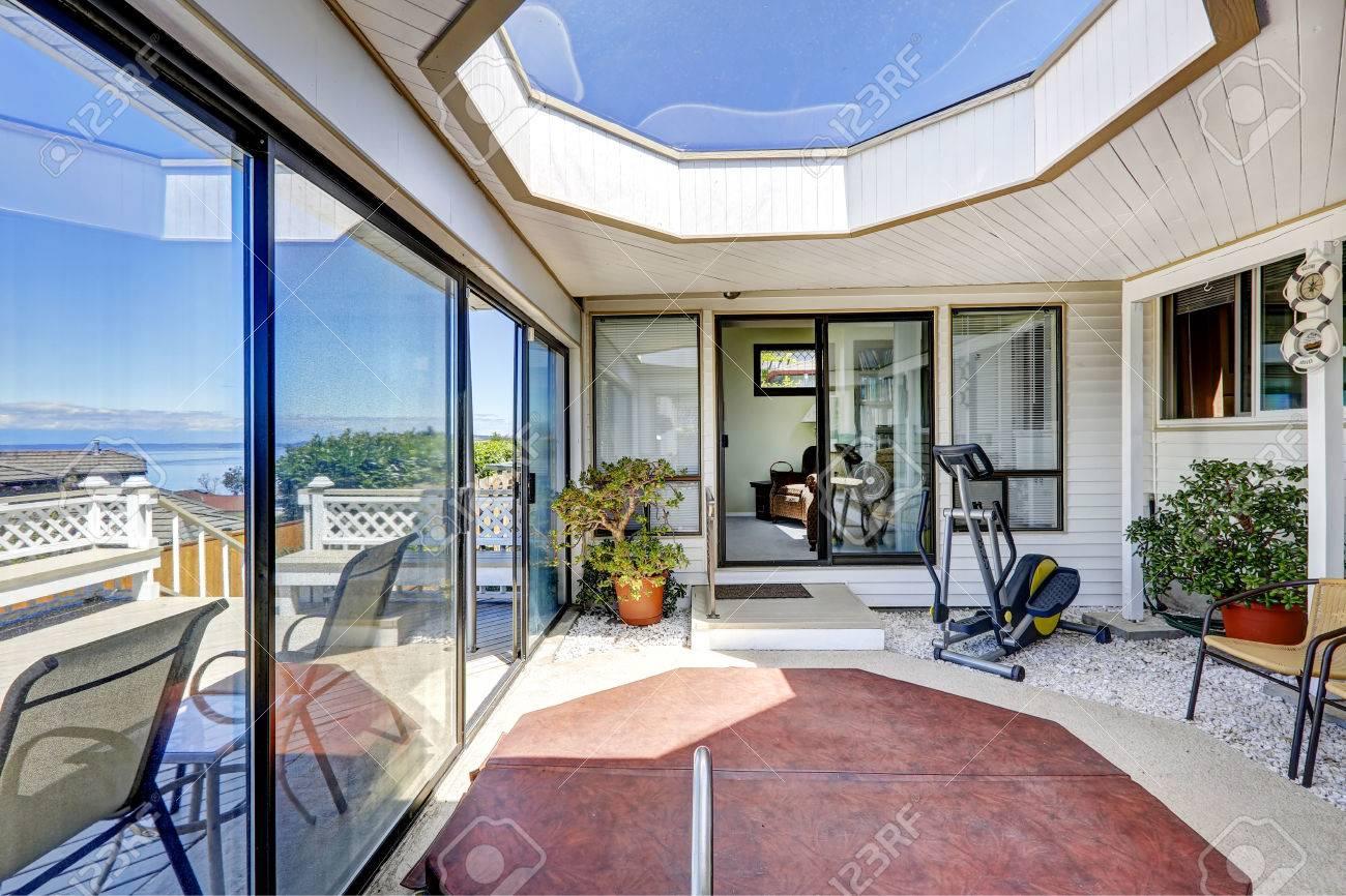 Helle Abgeschirmten Terrasse Mit Jacuzzi Und Grosse Dachfenster