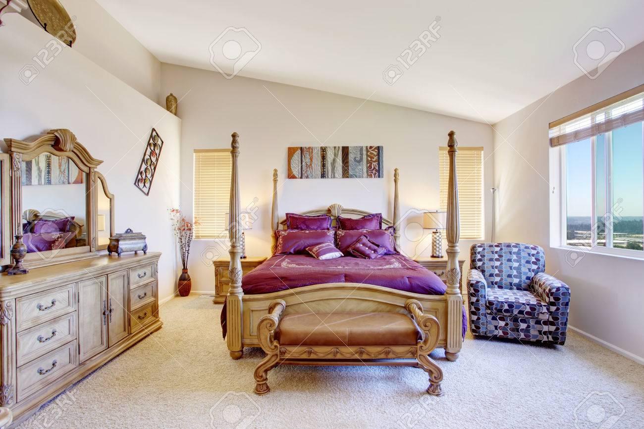 banque dimages chambre de luxe avec lit haut poteau de bois sculpt literie violet lumineux et meuble lavabo - Lit Haut