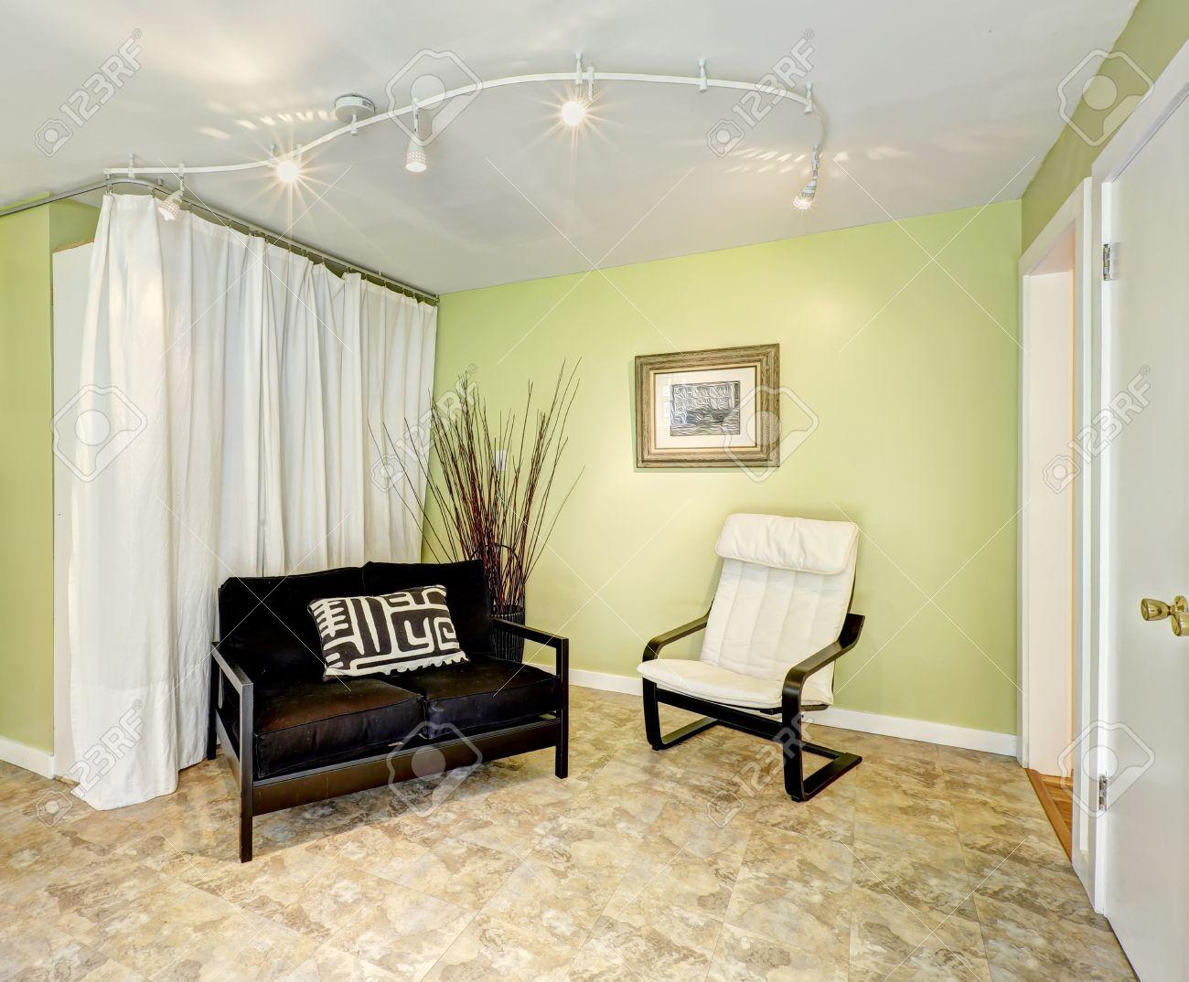 casa de campo de interiores sala de estar con cortinas y paredes de color amarillo