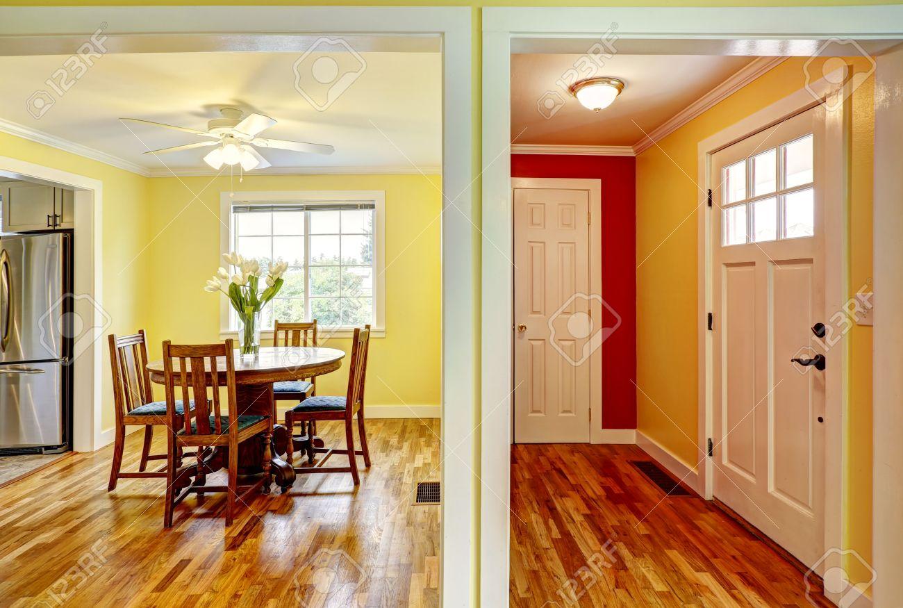 heller flur mit roten und gelben wänden und leuchtend gelben, Esszimmer