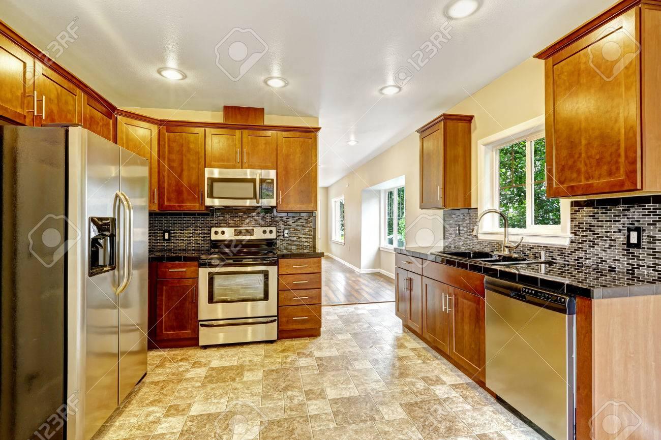 Küchenschrank Mit Schwarzen Granitplatten Und Stahlgeräte Und ...