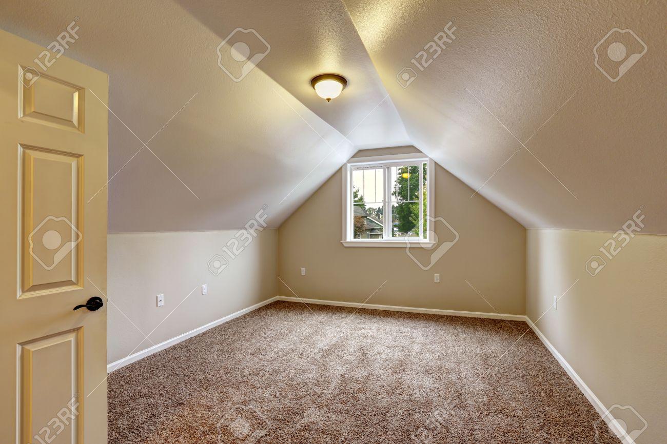 Teppichboden schlafzimmer  Leeres Haus Interior. Schlafzimmer Mit Gewölbter Decke, Brauner ...