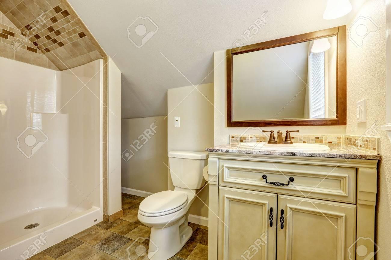 Bagno con soffitto a volta e pavimento di piastrelle veduta di
