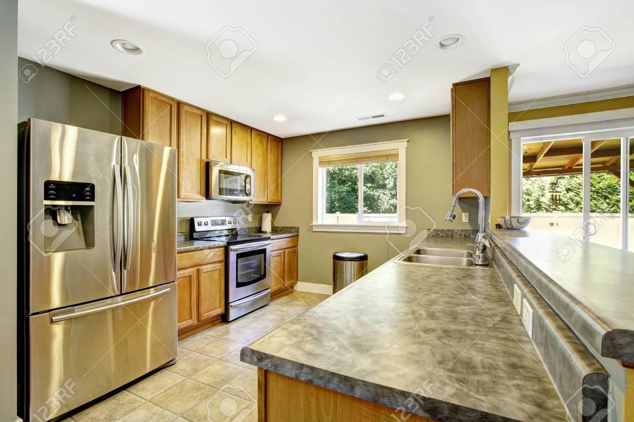Licht Oliven Küche Interieur. Stahl Geräte Und Schränke Aus Holz  Standard Bild   31332292