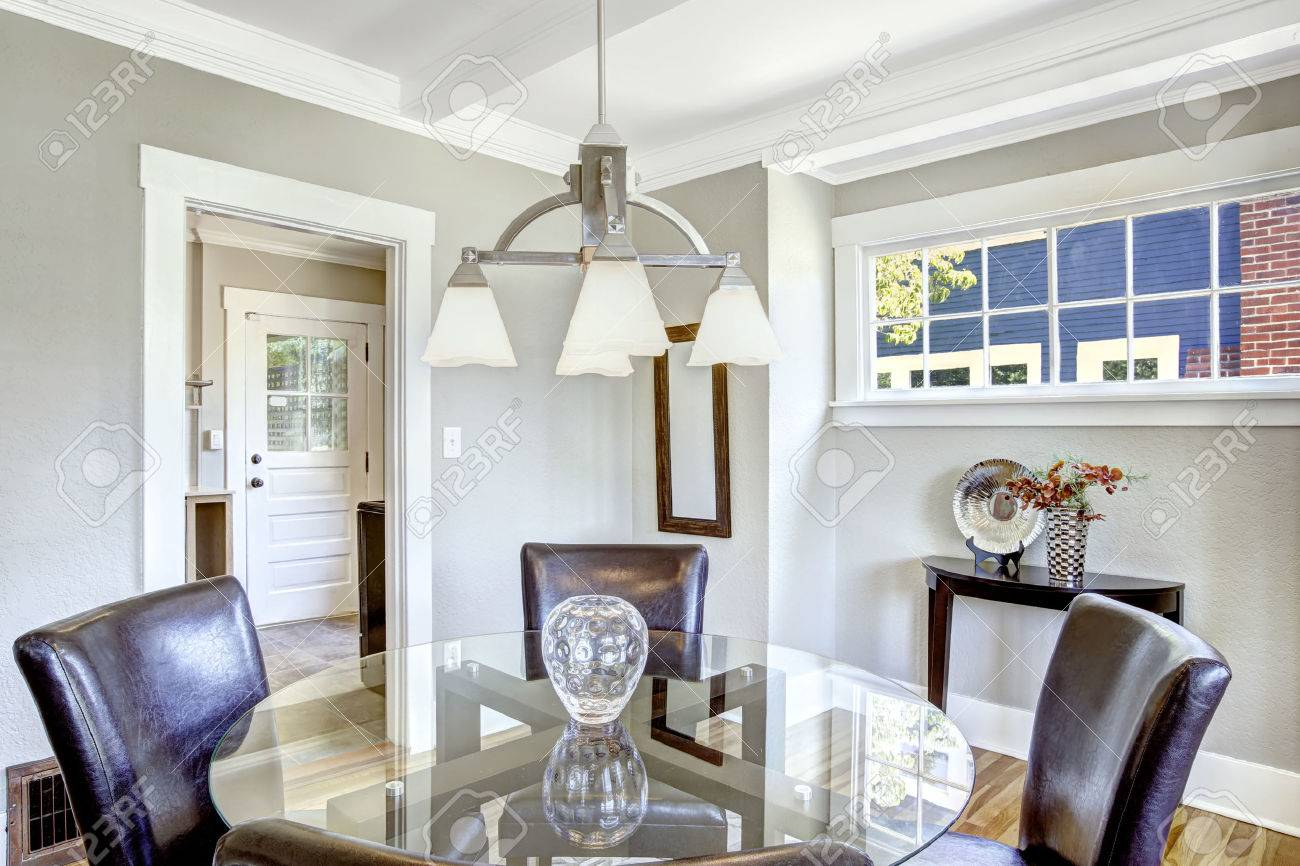 Set da pranzo. Vetro tavolo rotondo con sedie in pelle. Camera luminosa con  finestre è ideale per sala da pranzo
