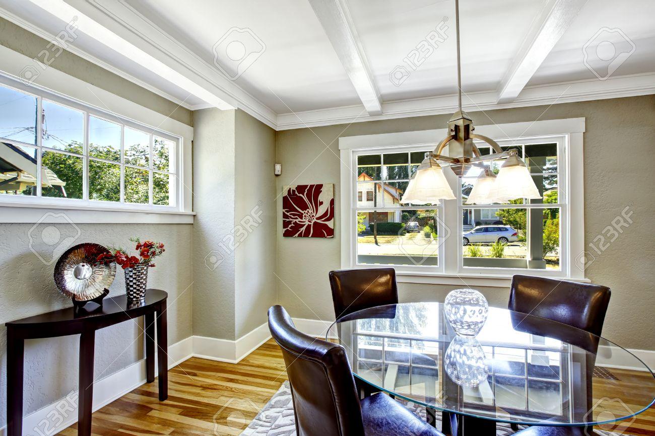 Salle à manger ensemble. Table ronde de haut en verre avec des chaises en  cuir. Cette chambre lumineuse avec des fenêtres est parfait pour la salle à  ...