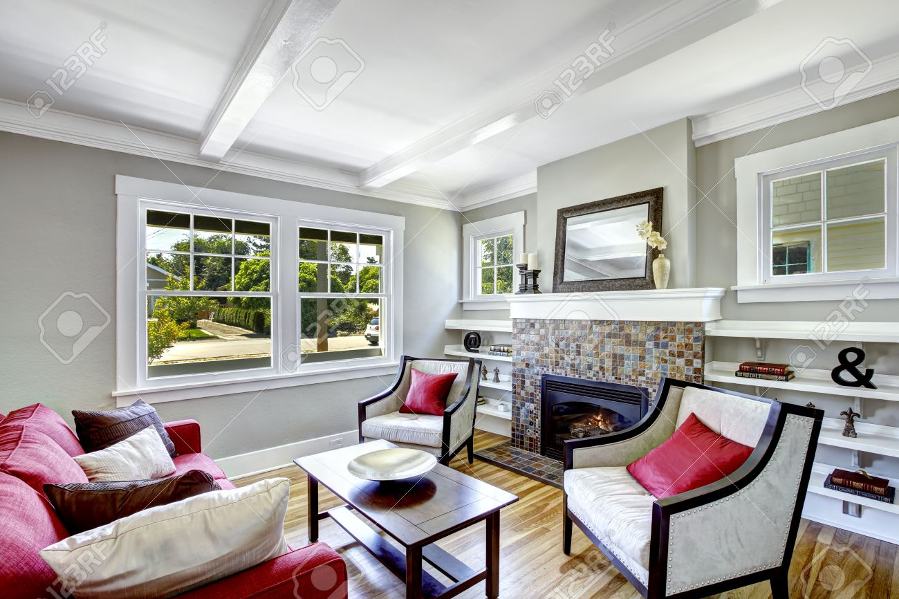 Cozy petit salon avec cheminée. Chambre décorée avec des oreillers marron  et rouge