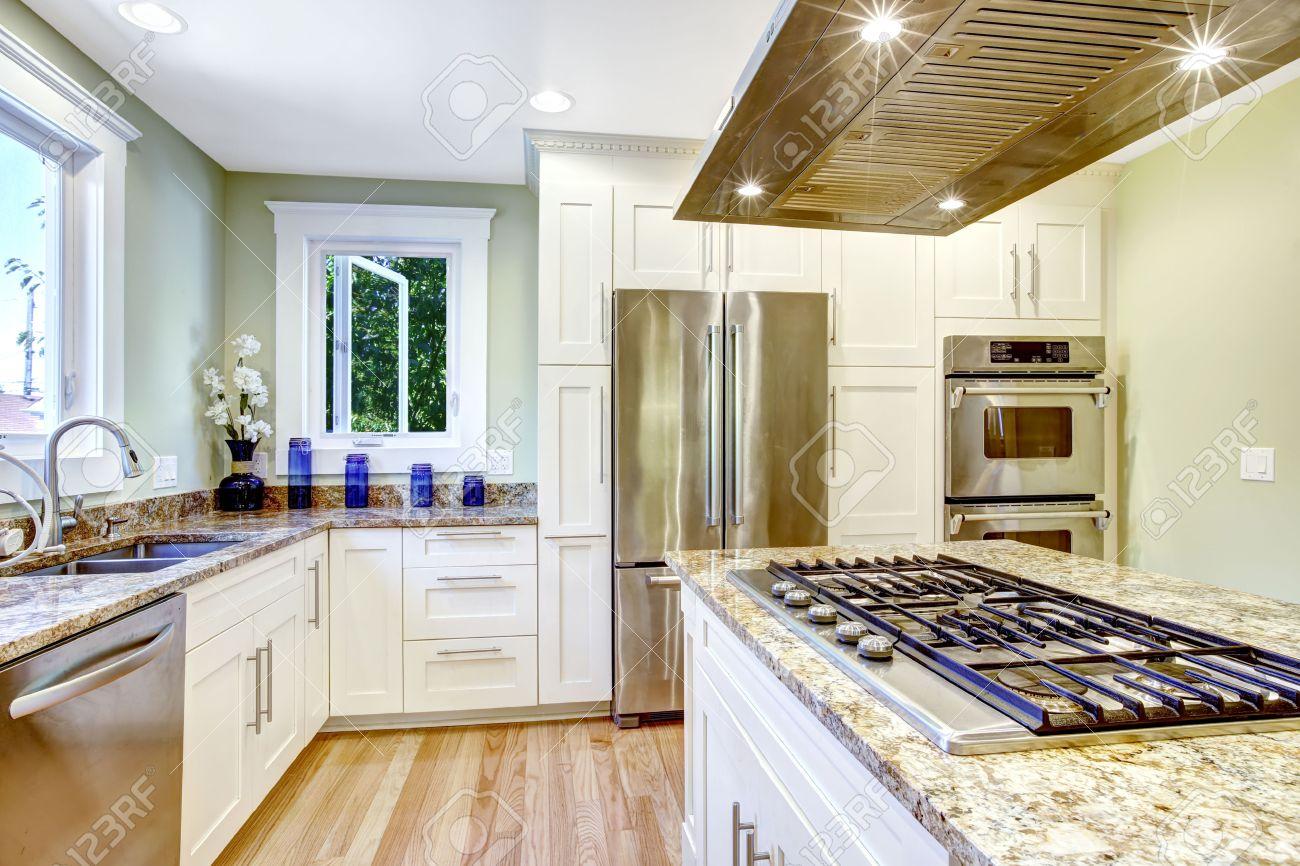 Modern Und Praktisch Küche Raumgestaltung. Weiß Schrank Mit ...