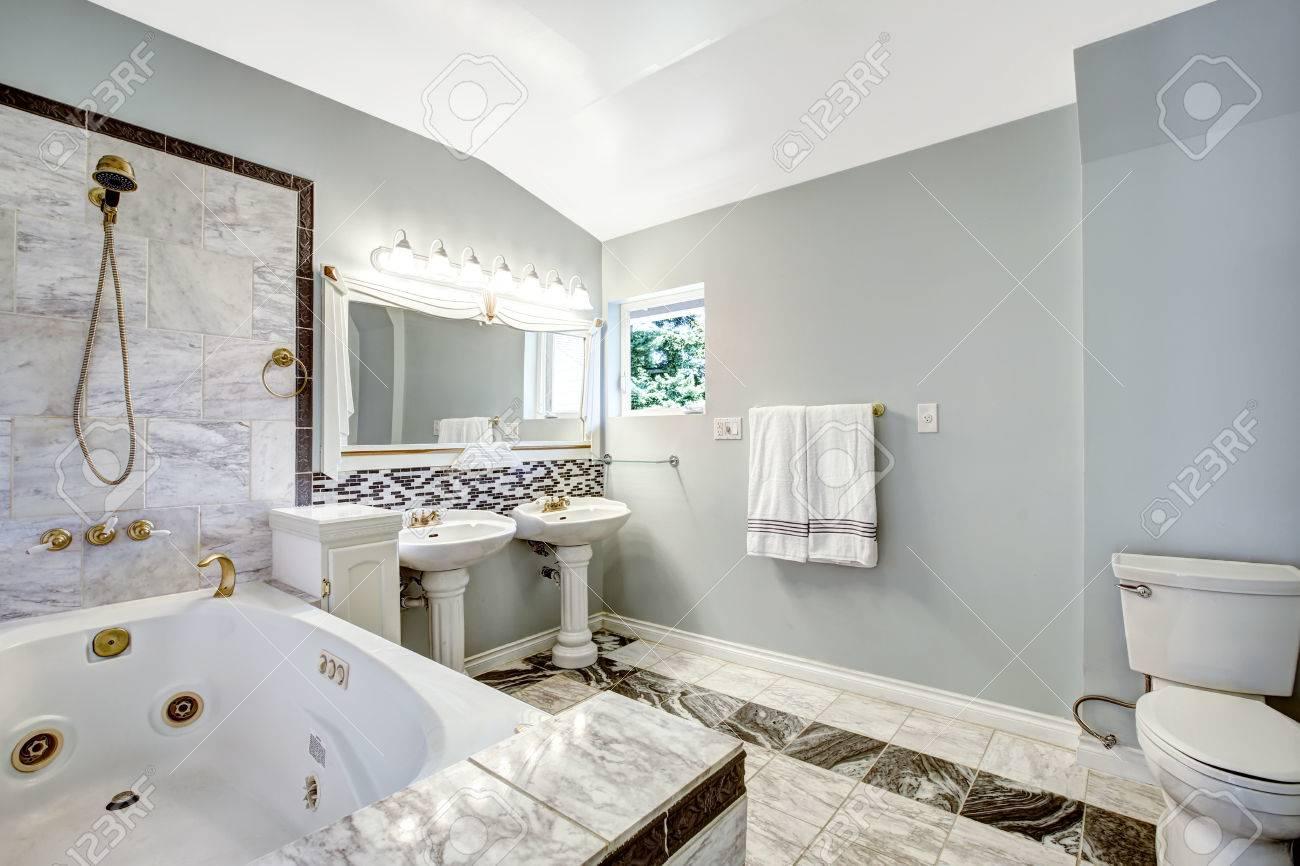 luxus-badezimmer interieur mit ziegelverkleidung und whirlpool