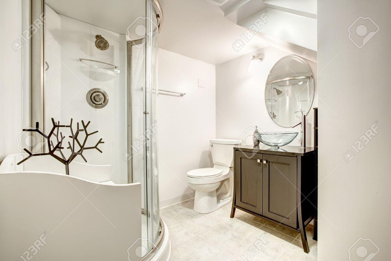 archivio fotografico bellissimo bagno con doccia porta di vetro e il mobile marrone con lavello del vaso di vetro e specchio