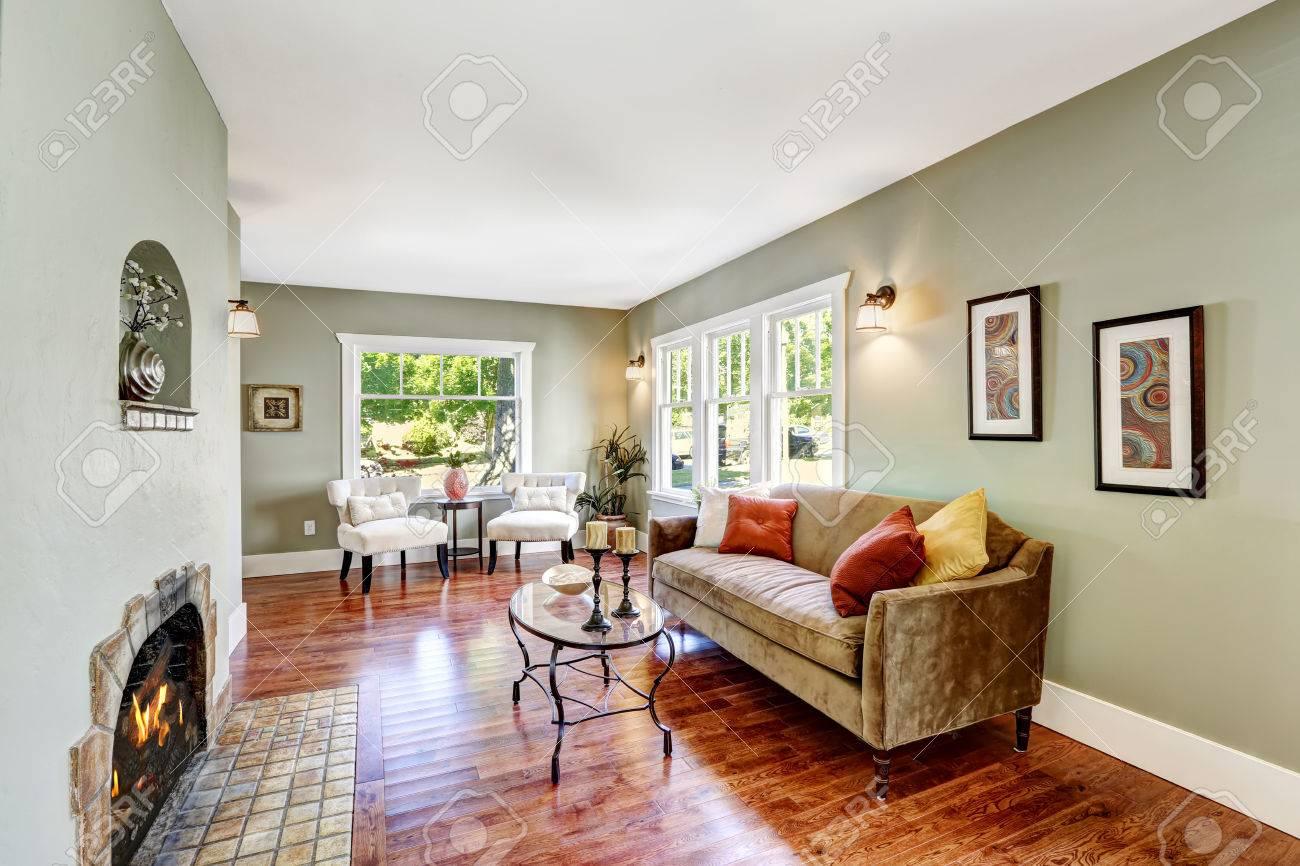 Huis interieur in zachte mint kleur met hardhouten vloer, bruin ...