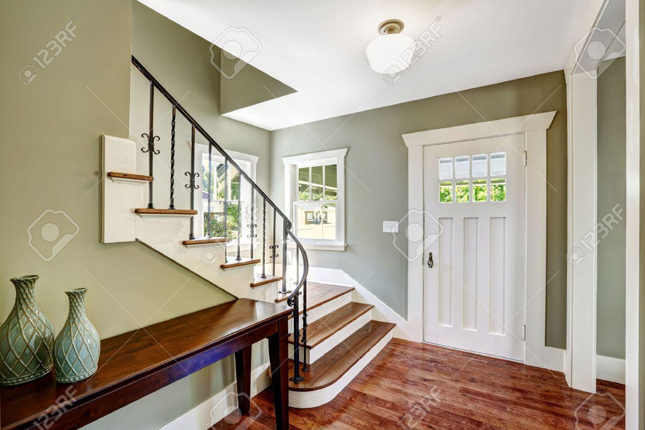 Hall D\'entrée Avec Escalier Et Une Table. Voir D\'étapes Avec Des ...