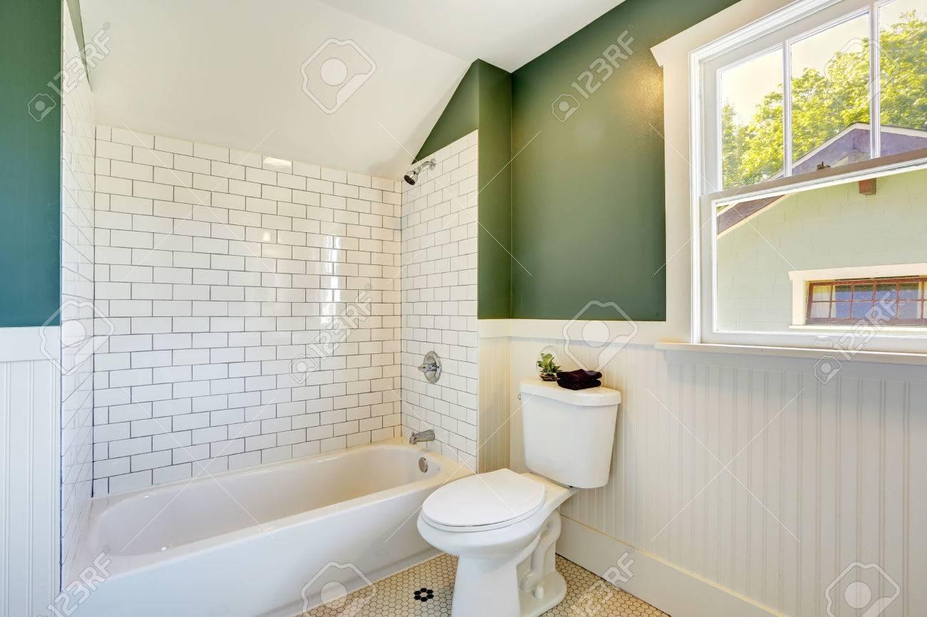 Foto De Archivo   Interior Blanco Cuarto De Baño Con Paredes De Color Verde  Con Revestimiento Y La Pared Del Azulejo Del Ajuste