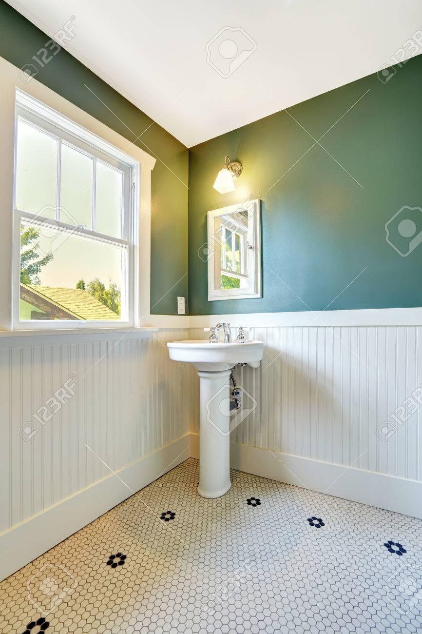 Blanc salle de bains intérieure avec blanc et vert assiette murale. Stand  de lavabo blanc