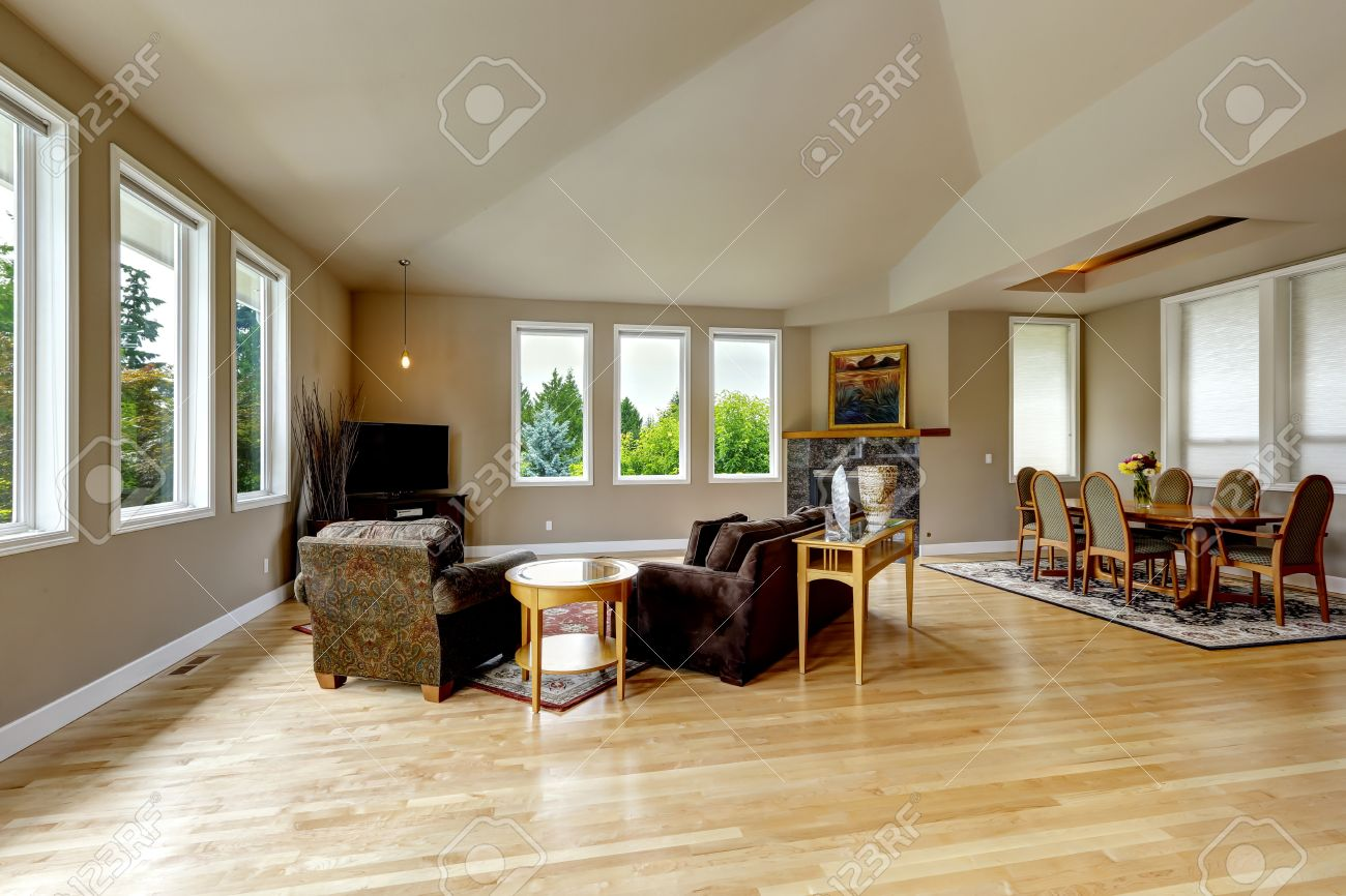 Vaulted Ceiling Living Room Spacious Living Room With High Vaulted Ceiling And Hardwood Floor