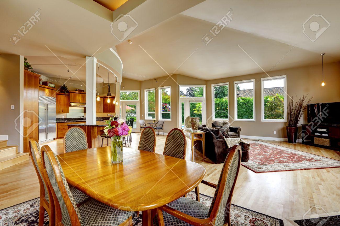 Cuisine Séparée Du Salon spacieuse maison de luxe avec plan d'étage ouvert. salon avec table à  manger réglée et séparée espace cuisine