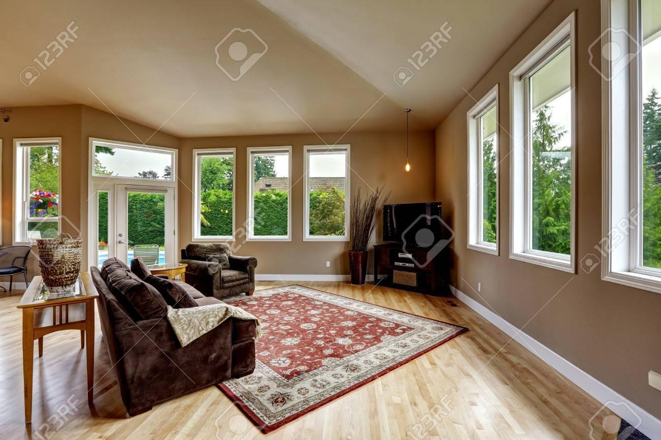 Geräumiges Wohnzimmer Mit Hohen, Gewölbten Decke Und Parkett. Weiche Braune  Wand Mischung Mit Brownn