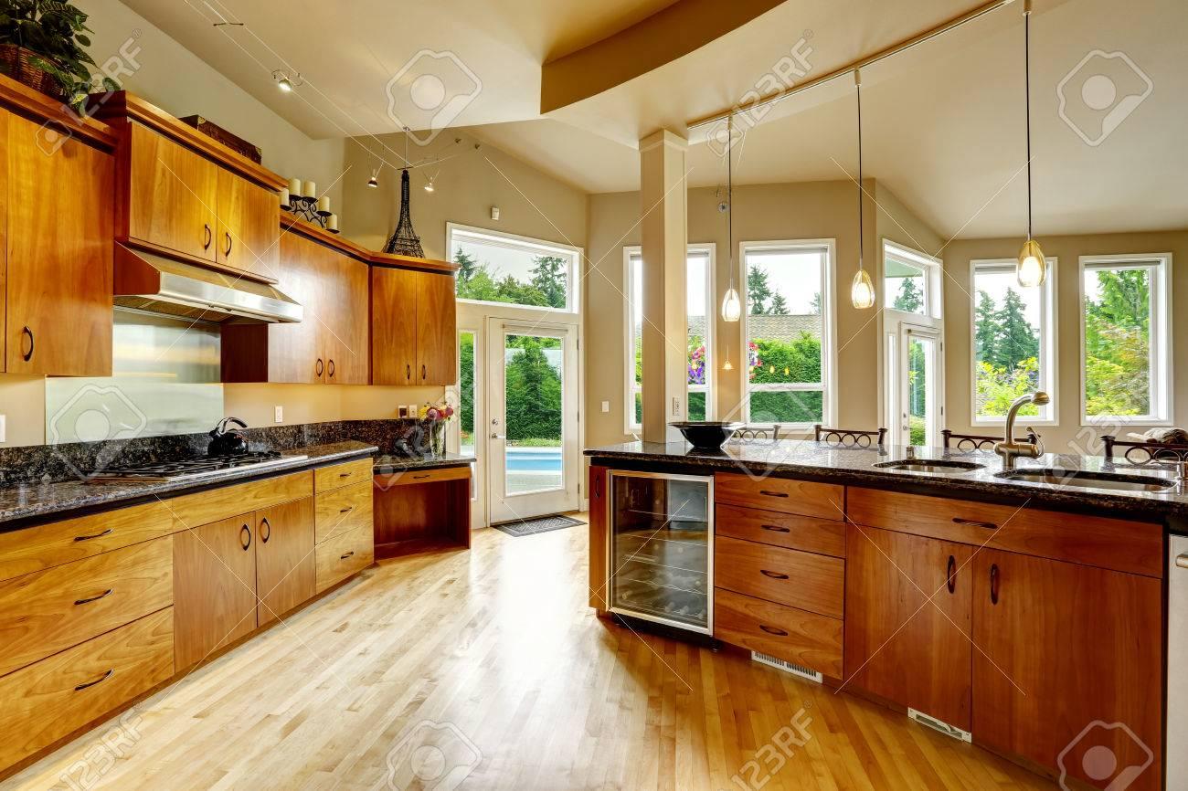 Geräumige, Luxuriöse Küche Zimmer Mit Runden Kochinsel Und ...