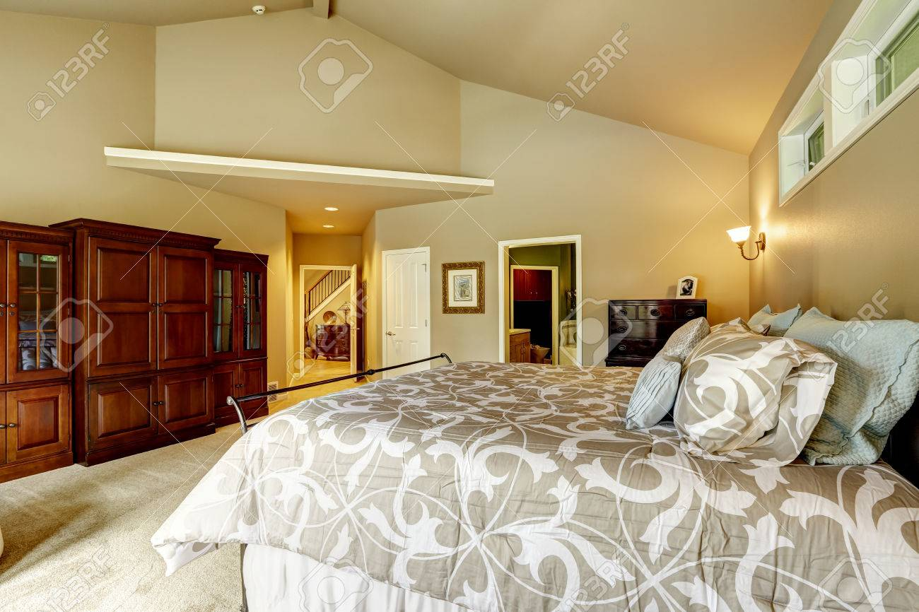 Luxe Slaapkamer Interieur In Zachte Beige Kleur Met Bed, Kast ...