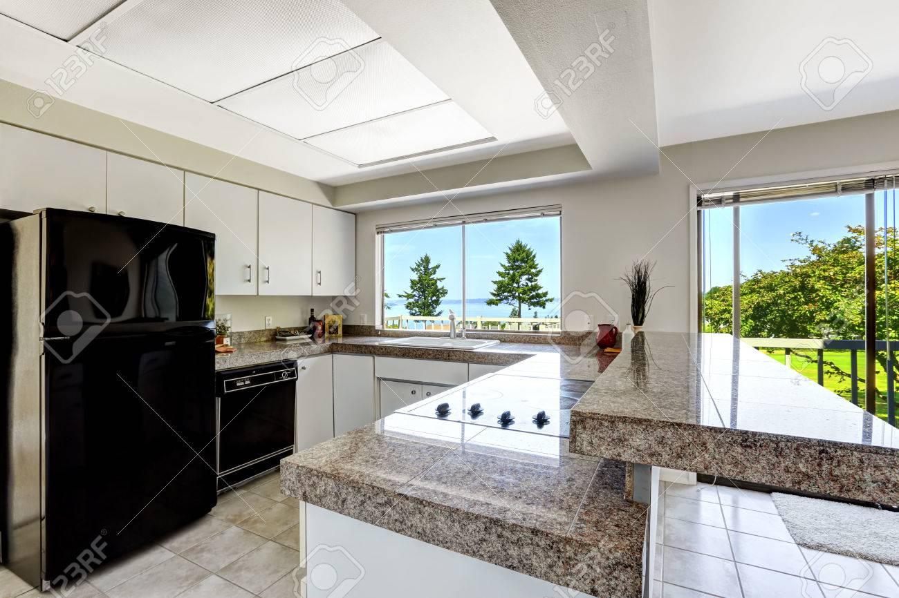 Weiße Küche Zimmer Mit Schwarzen Geräten Und Granit-Tops. Küche Mit ...