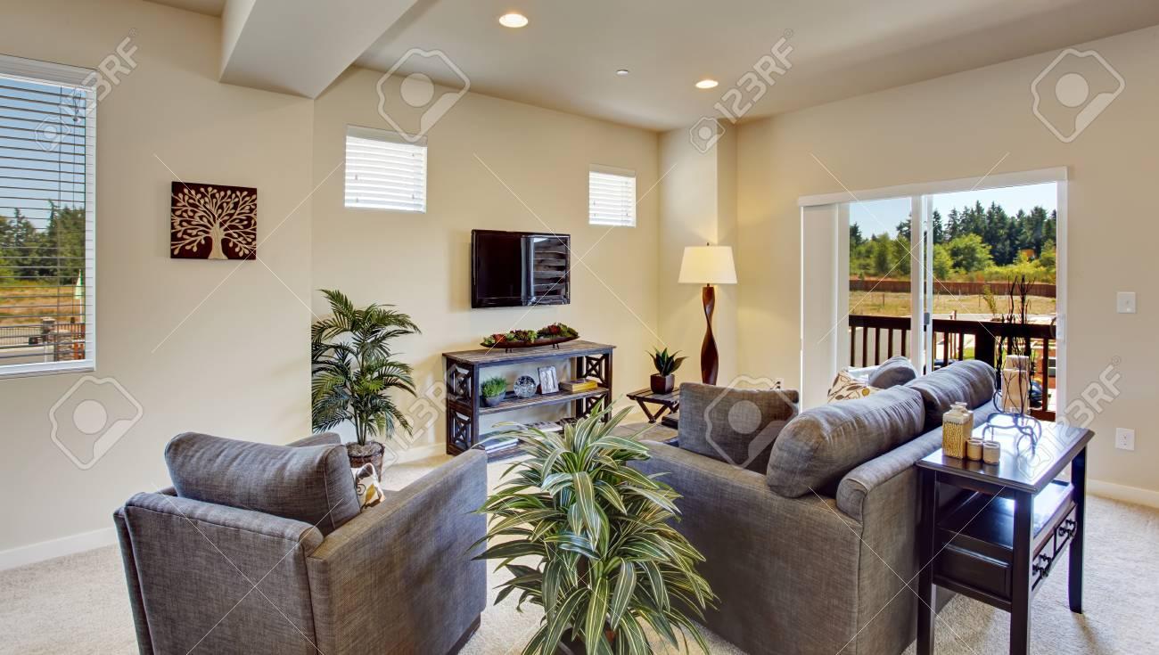 Helle Schöne Wohnzimmer Mit Ausstand Deck. Palmen Fügen Sich Perfekt Mit Braunen  Sofa Und Sessel