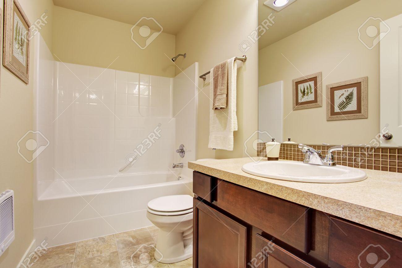 Int Rieur Salle Vide Couleur Ivoire Doux Armoire De Toilette De