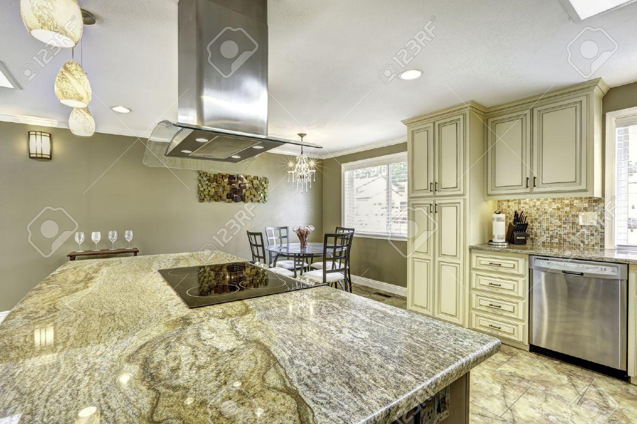 Au Comptoir Du Carrelage salle de cuisine avec carrelage au sol. big îlot de cuisine avec poêle  intégré, comptoir en granit et hotte en acier