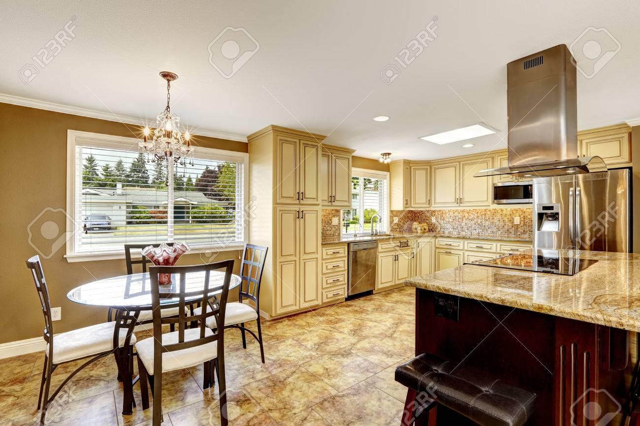 salle manger chambre spacieuse cuisine avec des carreaux de retour garniture spash et carrelage big lot de - Cuisine Avec Salle A Manger Integree