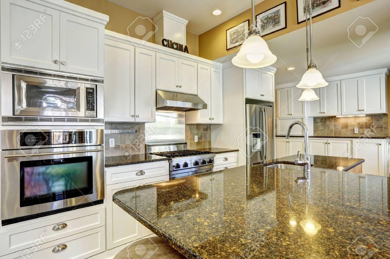 Helle Küche Zimmer Mit Granitplatten, Kochinsel Und Weißen Schränken ...