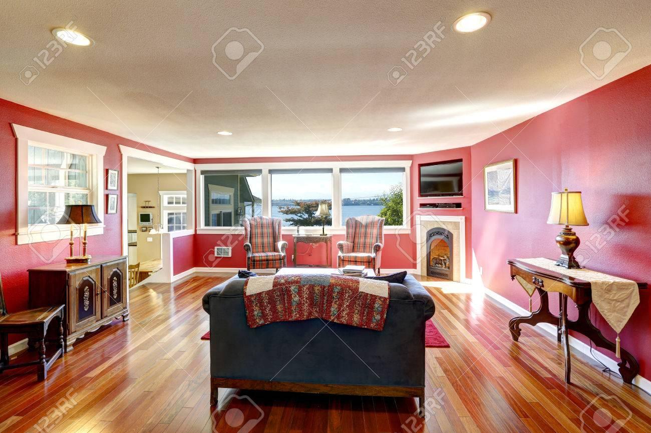 Contraste lumineux chambre rouge avec des meubles anciens et de ...