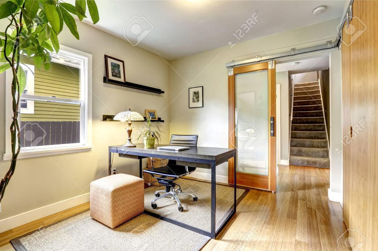 Lumineuse salle de bureau intérieur avec l arbre simple bureau en