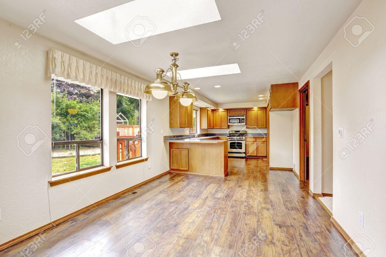 Holzfußboden Im Küchenbereich ~ Helle leeren haus interieur leeres wohnzimmer mit oberlichtern
