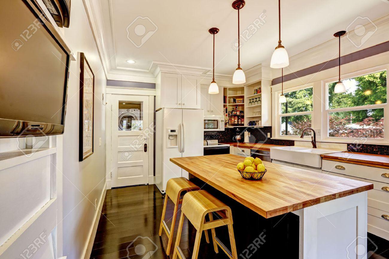 Weiße küchenschrank mit weiße ware. kücheninsel mit ...